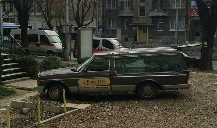 Траурна агенция извършва манипулации на общински паркинг