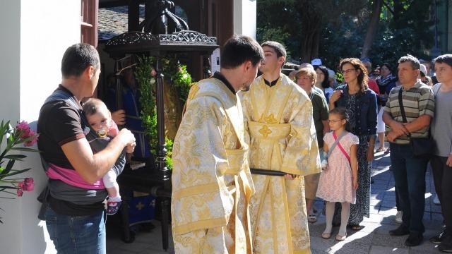 Оцеляла от пожар икона на Св. Богородица събра десетки варненци в храма