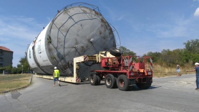 Извънгабаритен товар затвори пътища във Варненско (снимки)