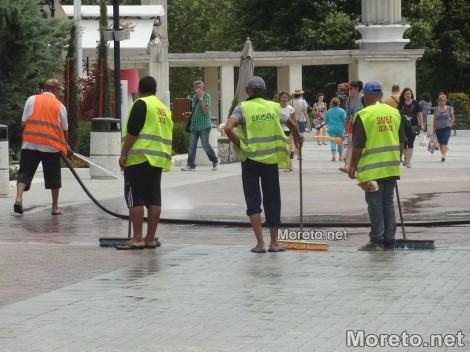 Измиха площада пред Входа на Морската градина във Варна (снимки)