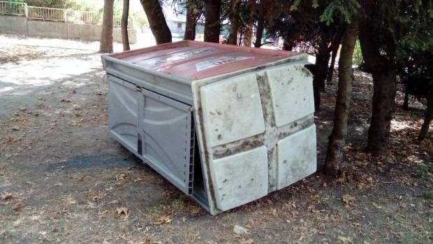 """Химическа тоалетна се търкаля из парка на """"Владиславово"""""""