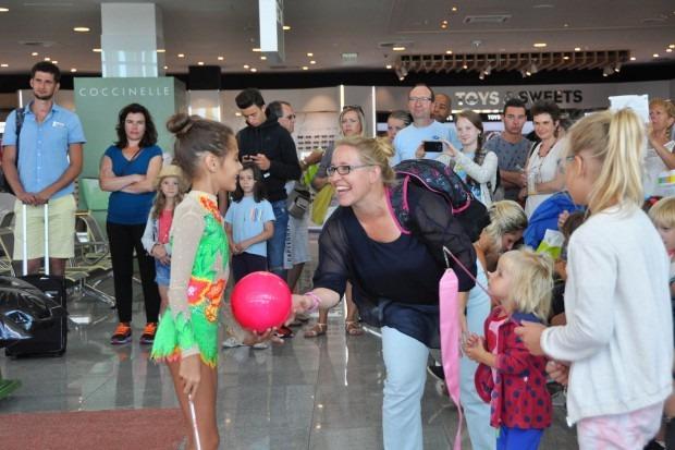 Гимнастички посрещаха пътниците на летище Варна