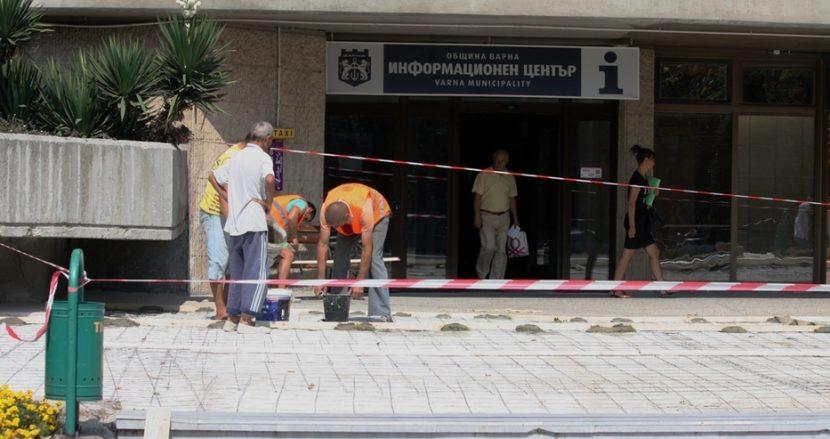 Сменят настилката пред Община Варна (снимки)