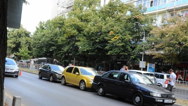 "Верижна катастрофа затруднява движението по бул. ""Владислав Варненчик"""