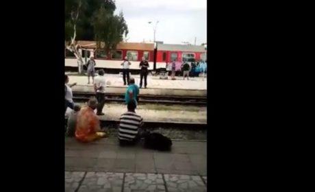 Суматоха на ЖП гара – Варна! Хората застанаха на релсите (видео)