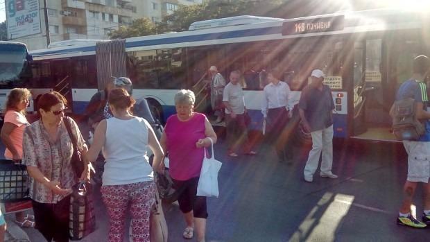 Кола се блъсна в пълен автобус до Дом Младост и избяга