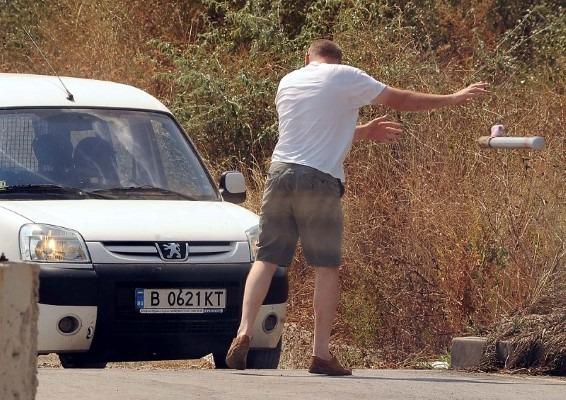Варненец в Бургас: шофьор изкърти колчета, за да излезе от пешеходна алея
