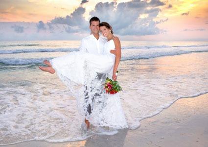 Мъж предложи на жена си, докато се къпели на плажа