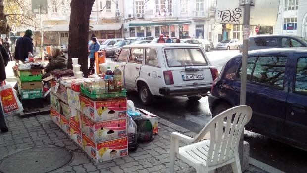 Баби продават масово на улицата сирене и сланина