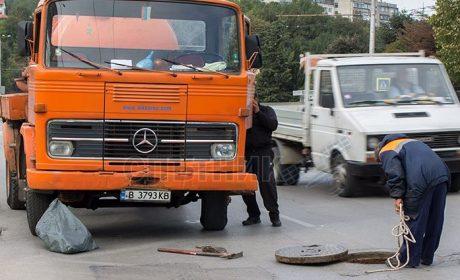 Служители на ВиК Варна почистват шахтите в квартал Аспарухово