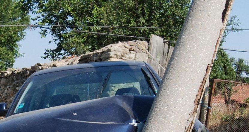 Шофьор се блъсна в електрически стълб във Варна