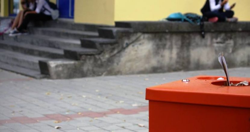 Партийци недоволни от кошчетата с пепелници в училищата