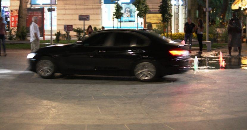 Две турски коли бръмчат по пешеходната (снимки)