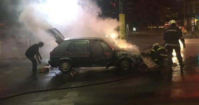 Кола горя на Червеният площад (снимки)