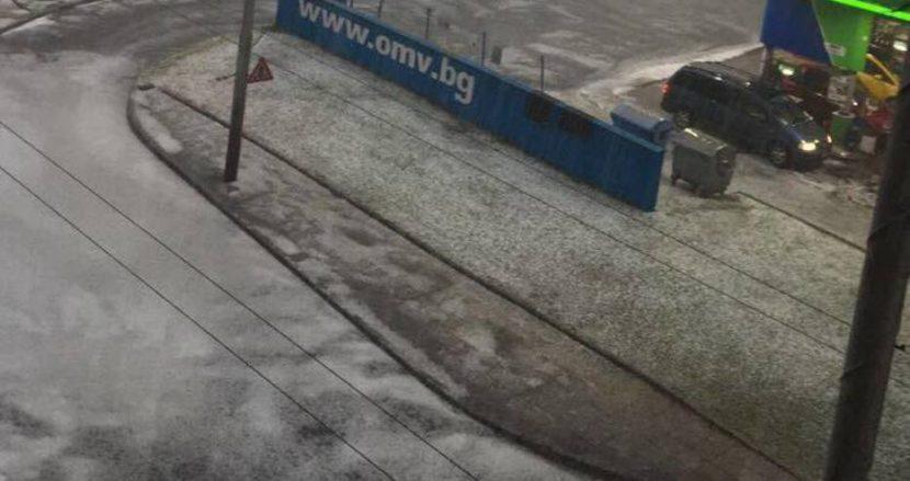 Районът около гарата във Варна побеля