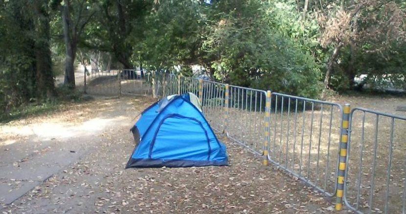 Двойка се усамоти в палатка опъната в Морската градина