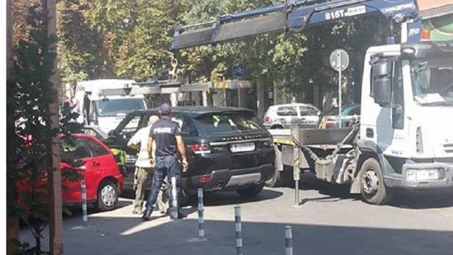 Нагло паркиране по средата на еднопосочна улица