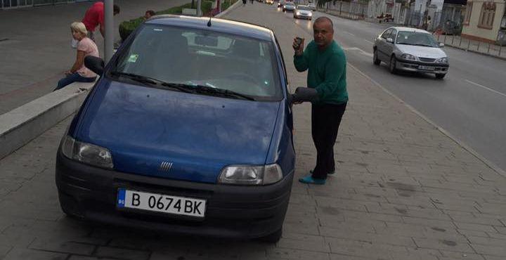 Нагъл шофьор кара по тротоара пред мол (видео)