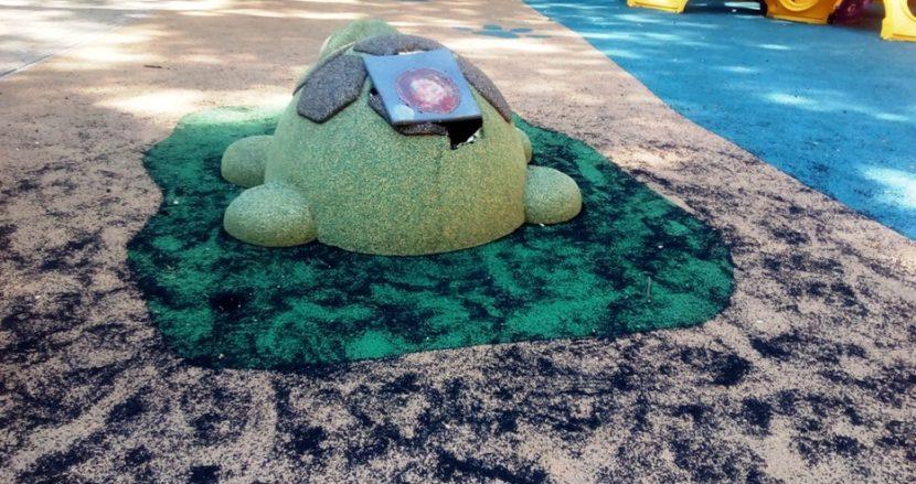 Кой начупи детската площадка в морската градина? (снимки)