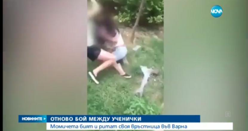 Ученички се бият за момче (видео)