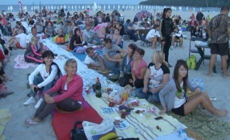3000 души се включиха в най-дългата вечеря (видео)
