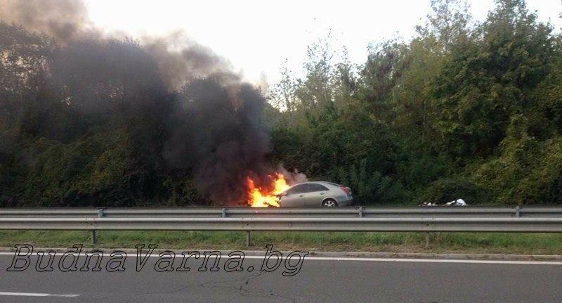 Кола избухна в пламъци, докато е в движение