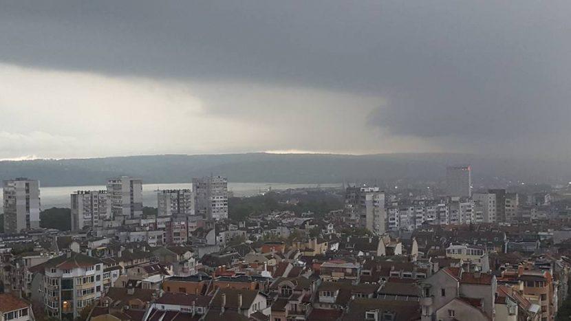 Небето над Варна потъмня! Започна да гърми, отново заваля пороен дъжд!