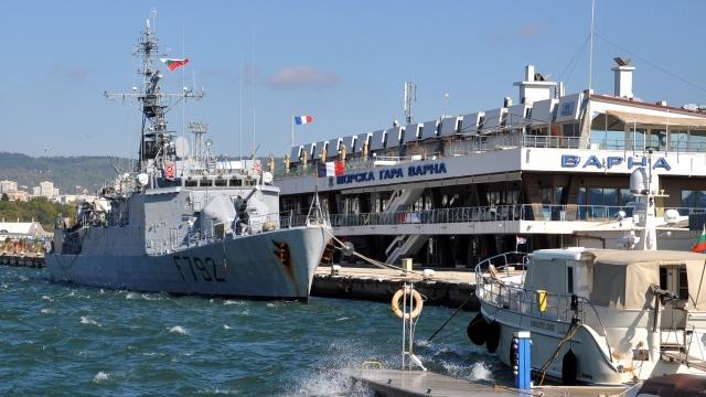 Френски военен кораб е на учение във Варненския залив