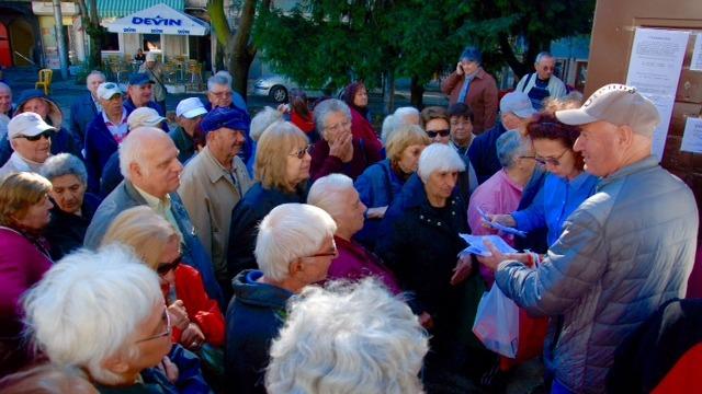 Пенсионери на опашки за карти за градския транспорт