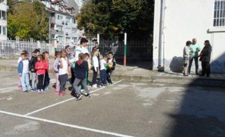 Варненско училище отбеляза Денят на учителя със засаждане на дръвчета