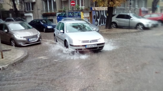 Пороен дъжд потопи отново Варна под вода