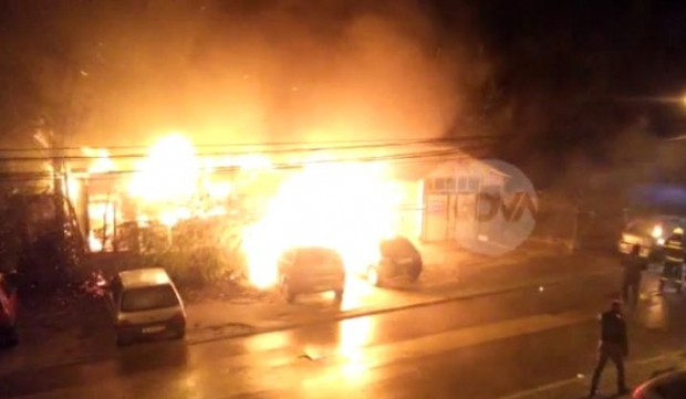 """Пожар изпепели барака и три коли на ул. """"Карамфил"""""""