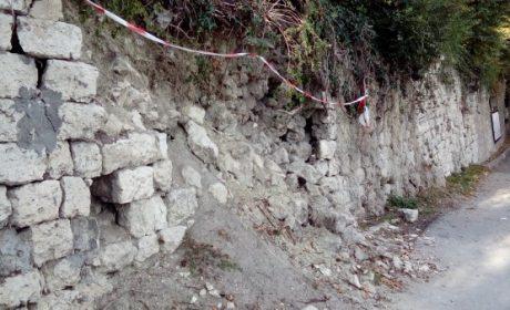 Срути се подпорна стена по алея в Морската градина