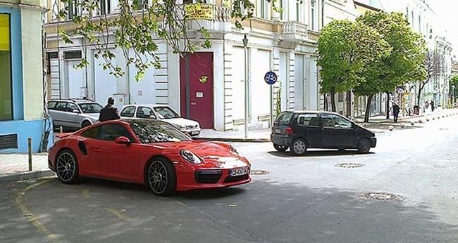 Паднали клони затиснаха Порше и още две коли във Варна