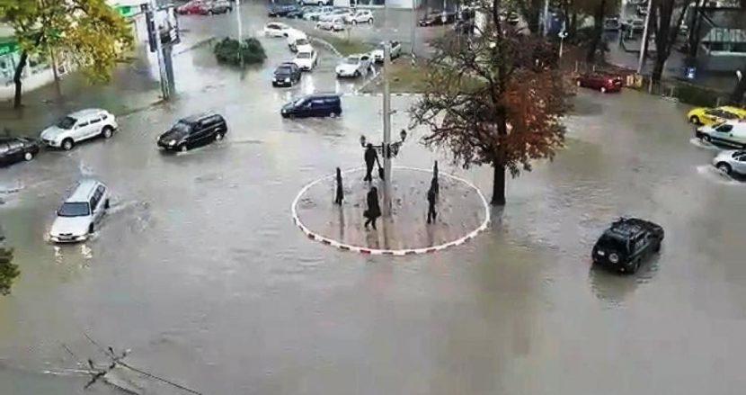 Колите плават по улиците (видео)