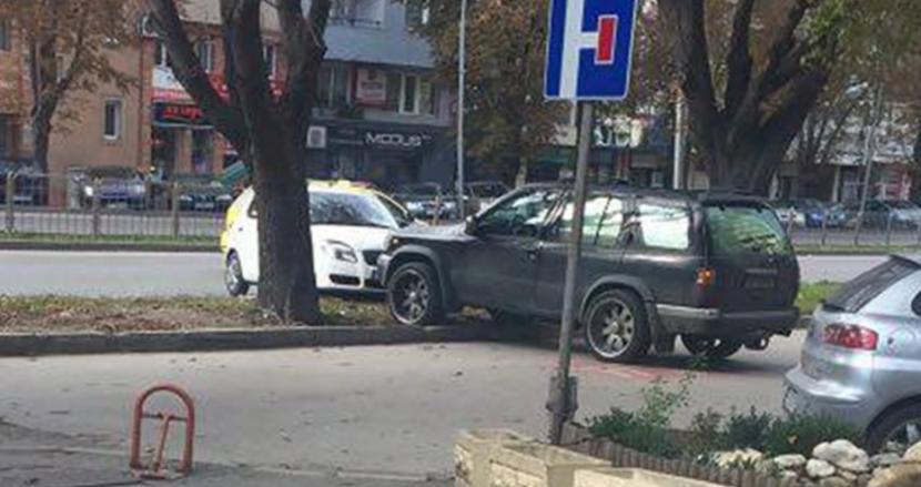 Уникална ситуация във Варна! Джип избута с броня кола-нарушител