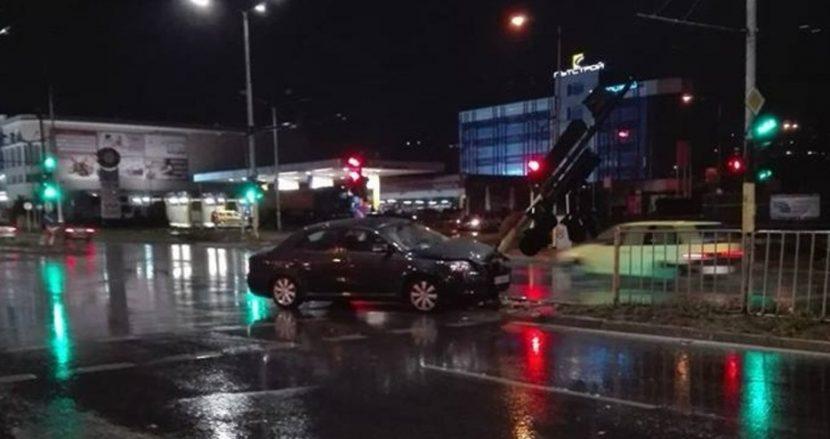"""Тойота"""" отнесе светофар"""