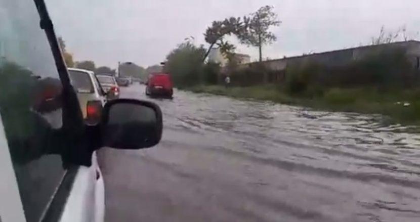 "Уникално видео! Автомобили плуват на улица ""Девня"""
