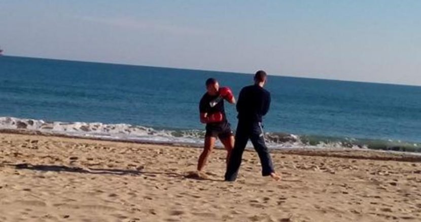 Боксьори тренираха на плажа