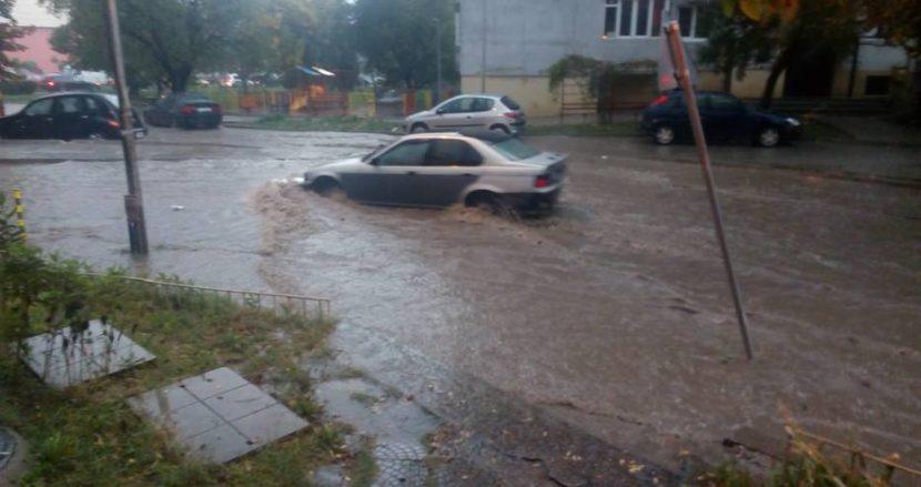 Култова улица във Варна се превърна в езеро (снимки)