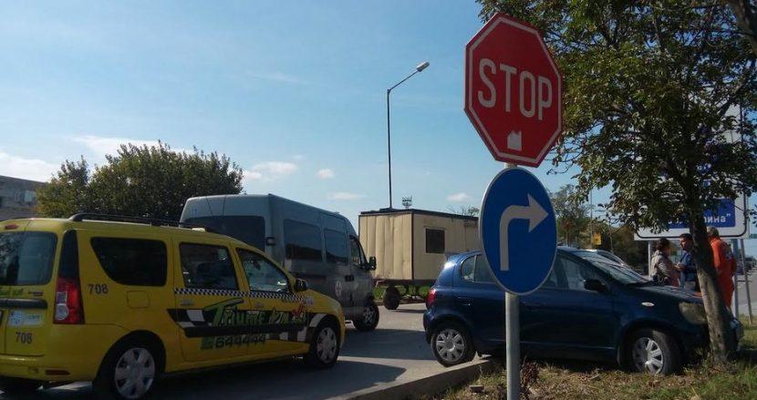 Кола се заби в дърво във Варна! Шофьорите нервни заради задръстване