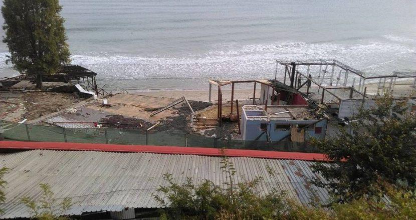Продължава разрушаването на заведенията на Северния плаж