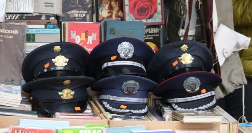 Пълен комплект фуражки на МВР се продава на улицата във Варна