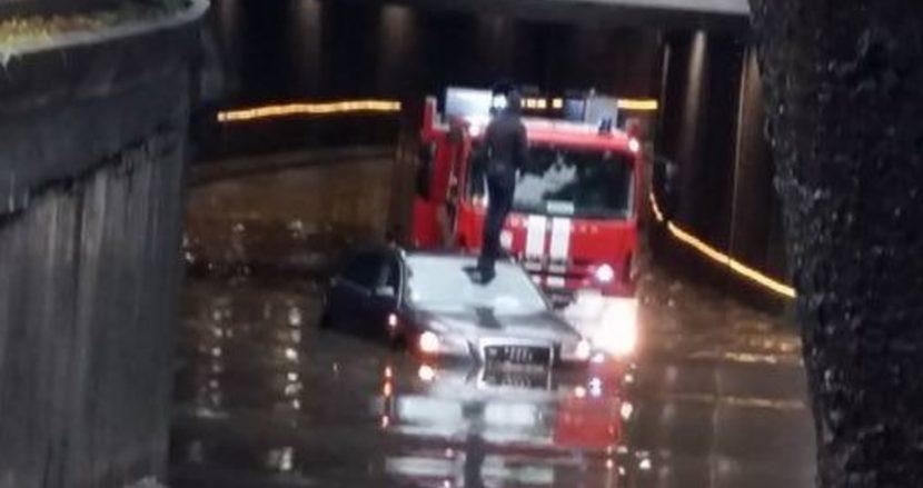 """Отново кола потъна в подлеза на """"Шипка"""" (видео)"""