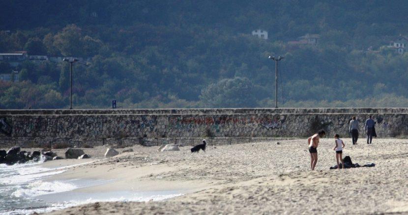 Слънцето се показа и на плажа се появиха хора по бански (снимки)
