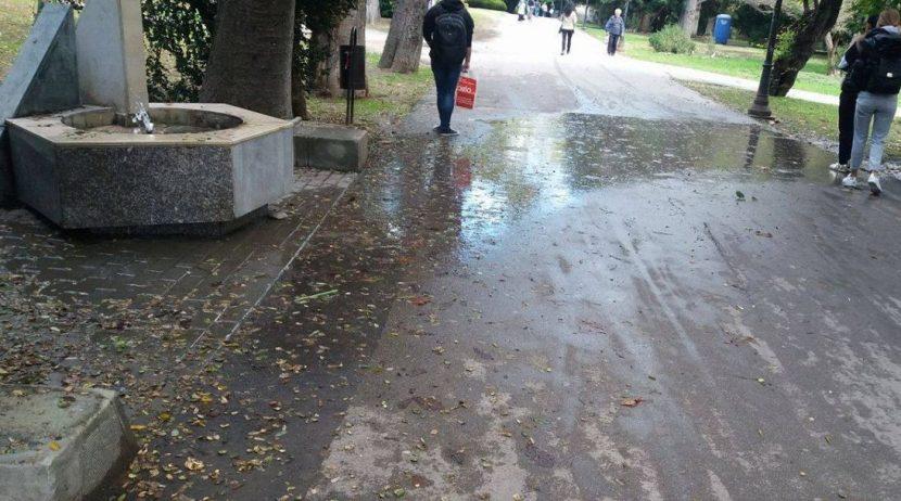 Счупена чешмичка наводнява алея
