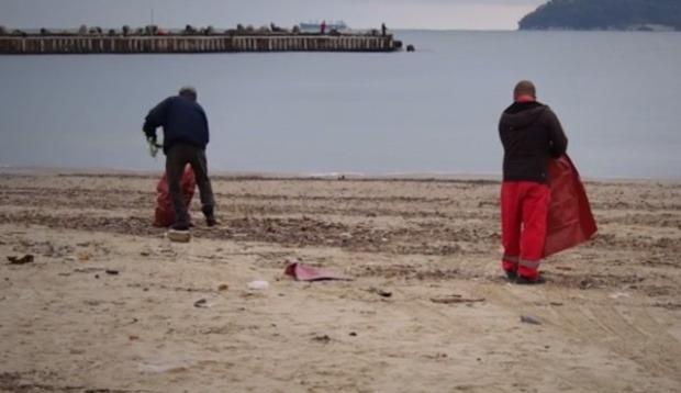 Варненският плаж се превърна в бунище (видео)