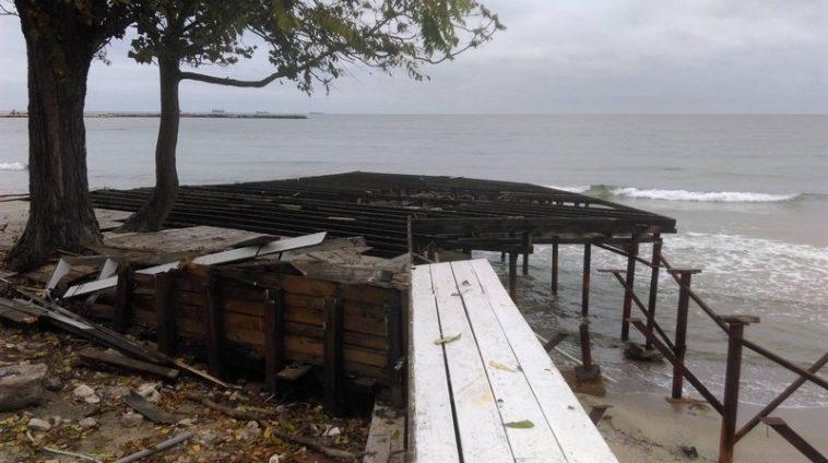 Събарят заведения на плажа до рибарското мостче