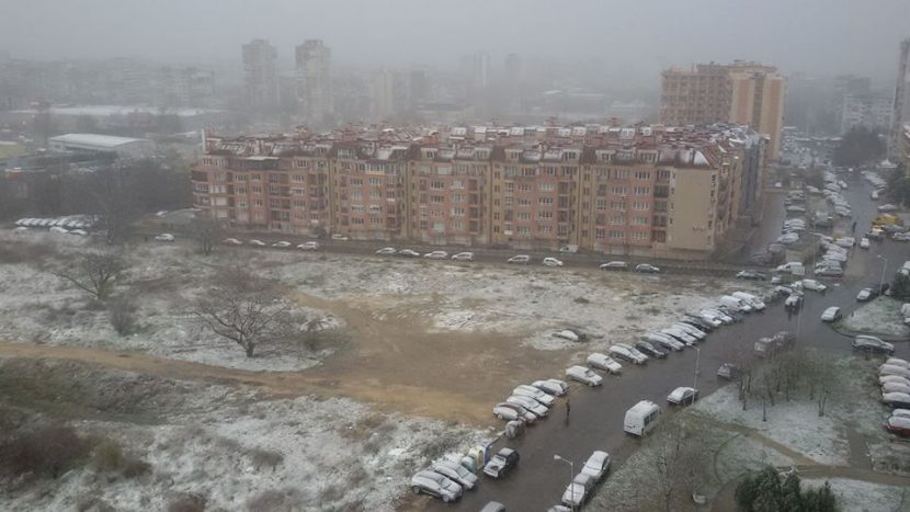 Сняг вали над Варна, пътните настилки са мокри