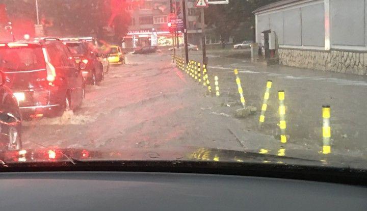 Пороят се излива и над Варна! Синоптиците предупреждават за до 50 л/кв. м
